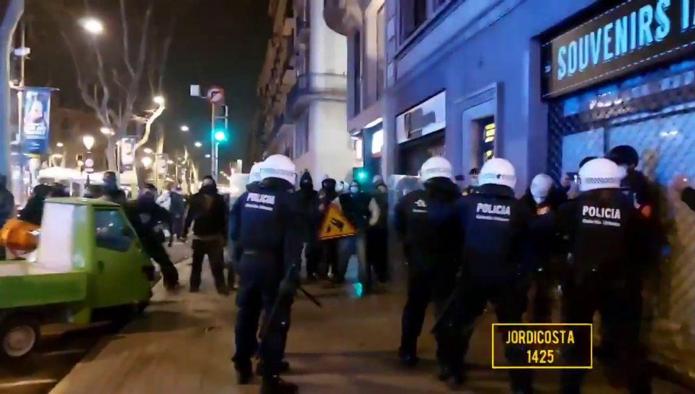 La cuarta noche de altercados en Cataluña por el encarcelamiento de Pablo Hasel termina con 4 detenidos, comercios saqueados y bancos dañados