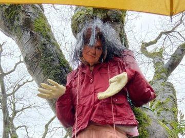 Aparece una muñeca ahorcada con la cara de Carmen Calvo en Santiago
