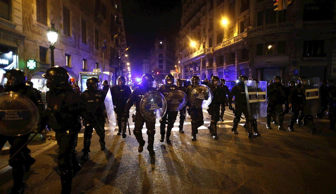 Quinta noche de enfrentamientos y cargas en las manifestaciones contra el encarcelamiento de Pablo Hasél