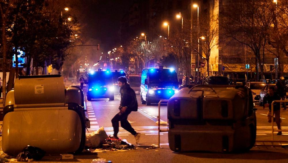 Manifestantes y policías junto a una barricada en las protestas en Barcelona