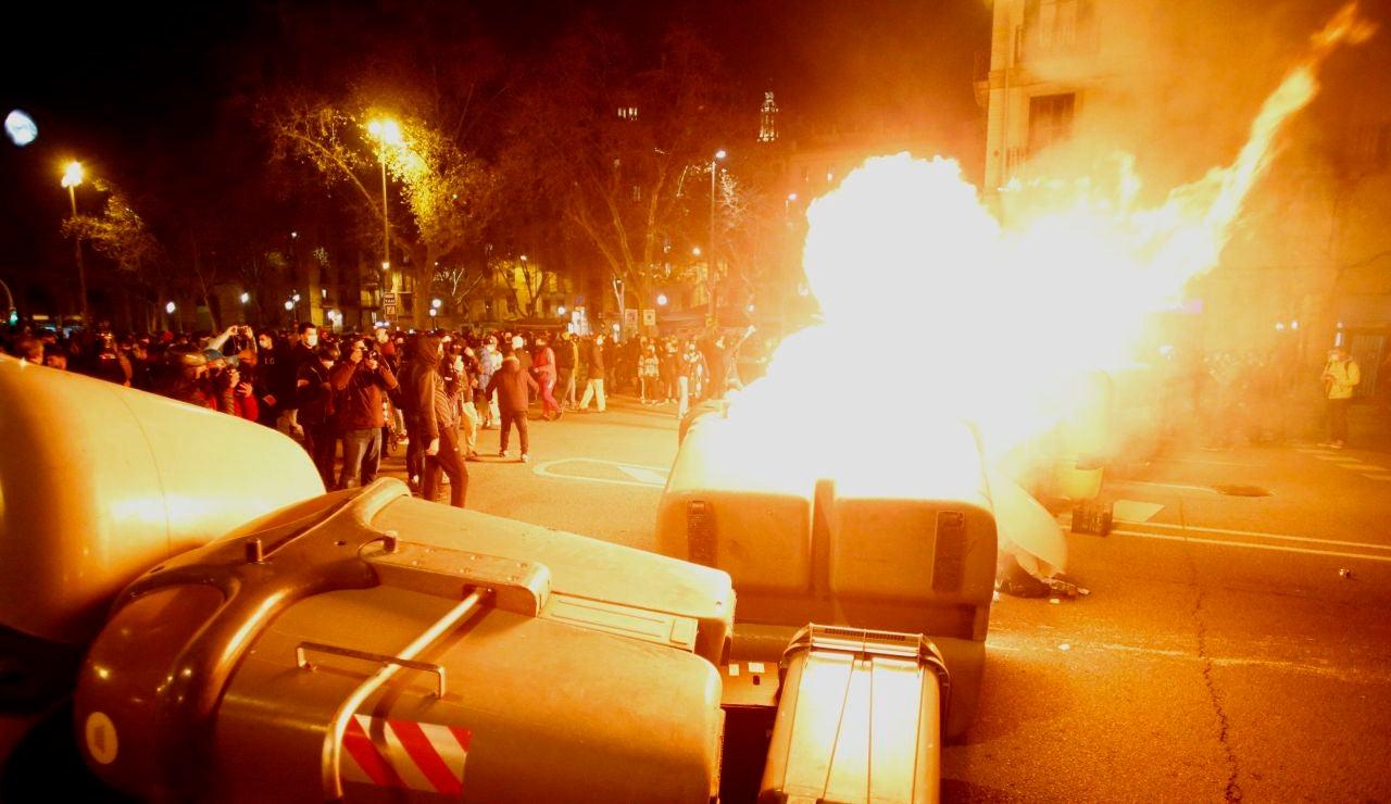 Violentos queman contenedores en la cuarta noche de protestas por la detención de Pablo Hasél