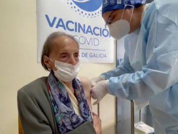 Una gallega recibe la vacuna del coronavirus a sus 104 años