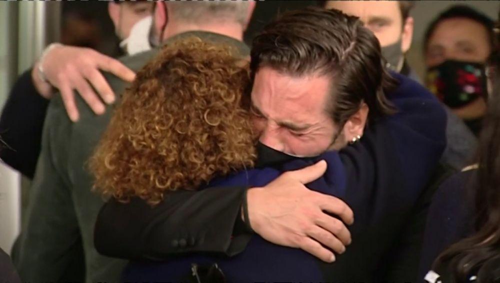 David Bustamante abraza a la madre de Álex Casademunt en su funeral