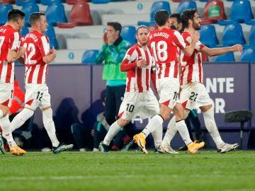 Los jugadores del Athletic celebran un gol ante el Levante