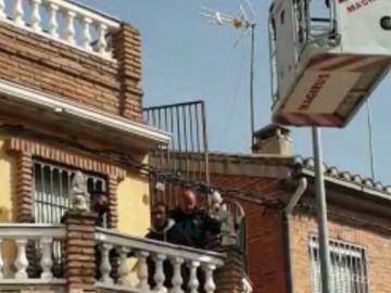 Un ladrón es rescatado por los Bomberos tras quedarse atrapado en una azotea de Granada