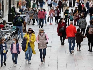 Imagen de personas caminando por Cataluña