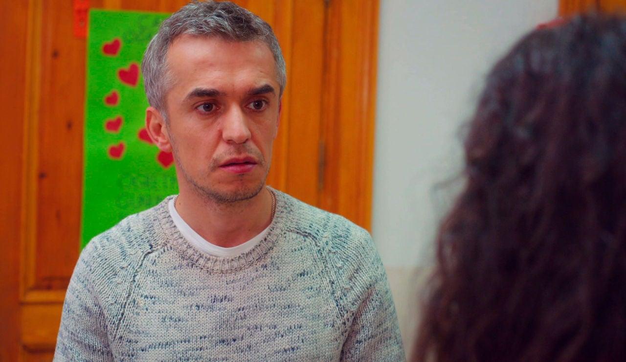 Ugur, a punto de besar a la profesora de Öykü ante toda la clase