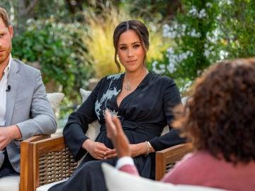 El Príncipe Harry y Meghan Markle en un momento de la entrevista con Oprah