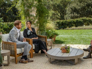 El príncipe Harry y Meghan Markle durante una entrevista con Oprah