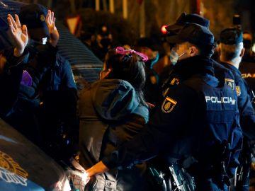 Tensión entre la Policía y una manifestante del 8M en Madrid.