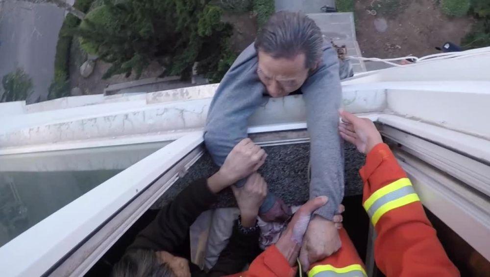 Bomberos rescatan a un hombre de una ventana