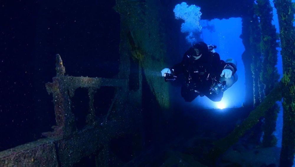 Buceador encuentra aviones en el océano