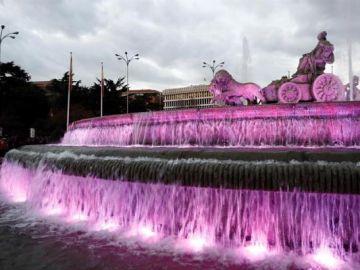 Imagen de la la Plaza de Cibeles teñida de morado