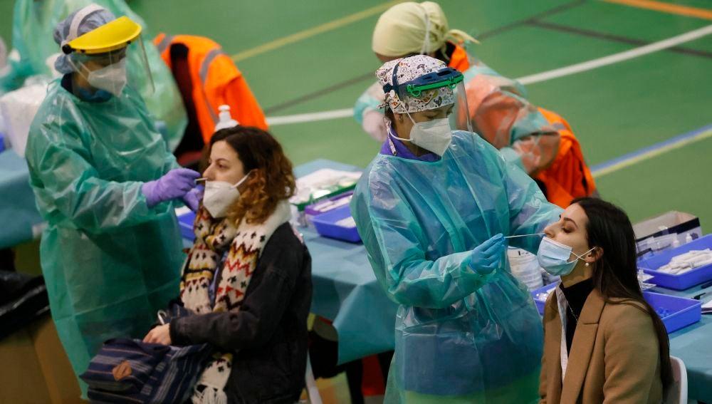 Cae la incidencia acumulada del coronavirus en España, que abandona el nivel de riesgo alto