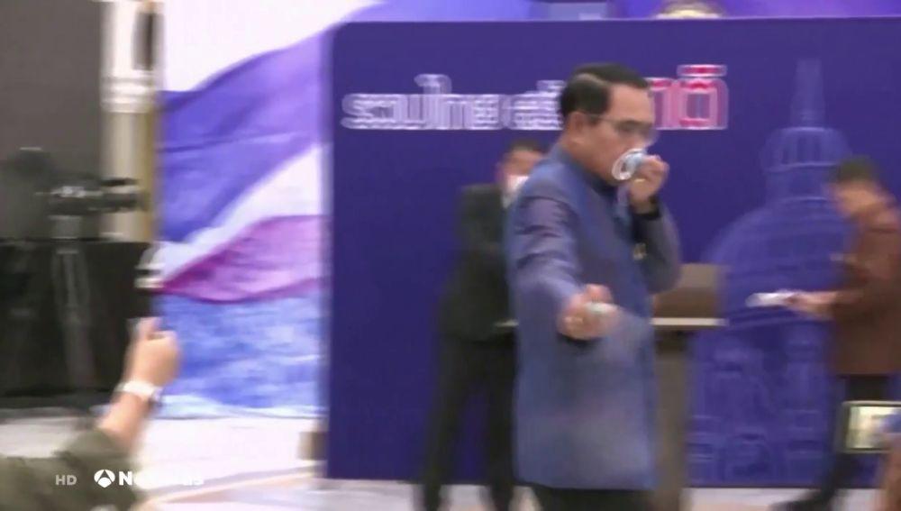 El primer ministro de Tailandia rocía con alcohol a los periodistas tras alguna pregunta incómoda