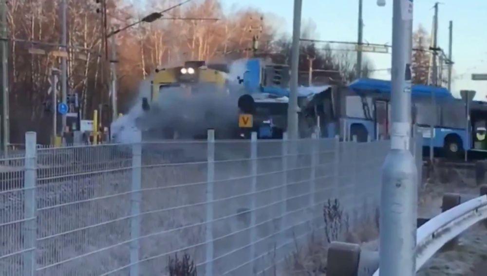 Un tren cocha frontalmente contra un bus atrapado en las vías en Suecia