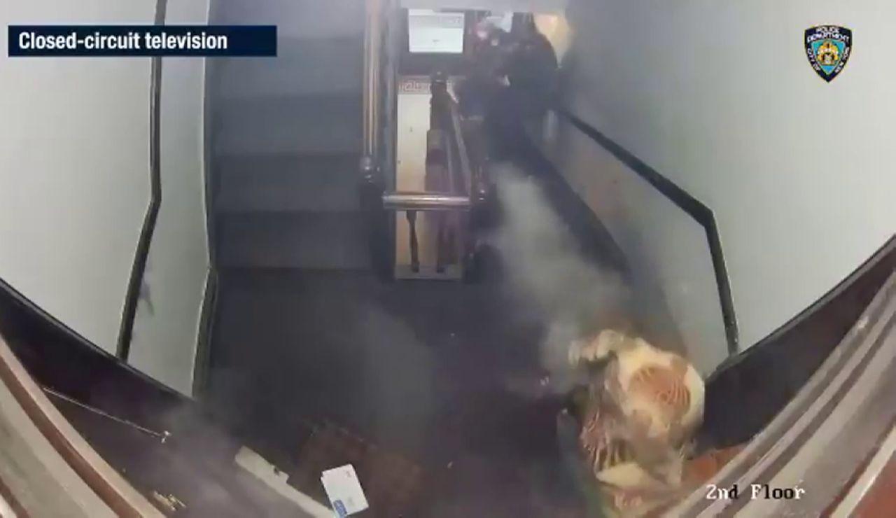 Un vídeo muestra el momento en que un hombre dispara a varios Policías en Nueva York