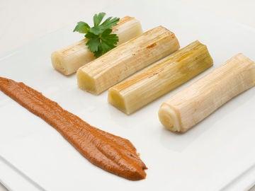 La receta de Arguiñano que mejora el tránsito intestinal: puerros asados con romesco