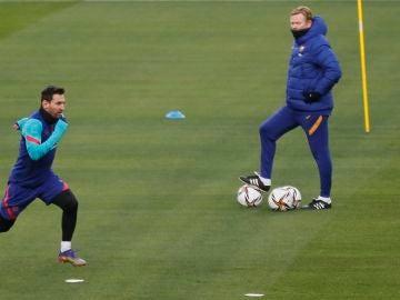 Koeman observa a Messi en un entrenamiento
