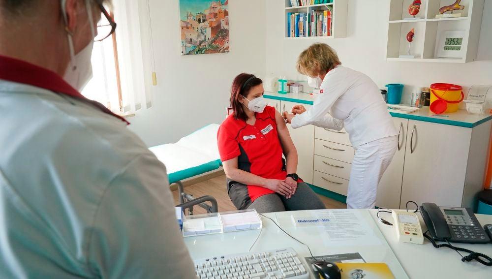 Una mujer recibe la vacuna en Alemania