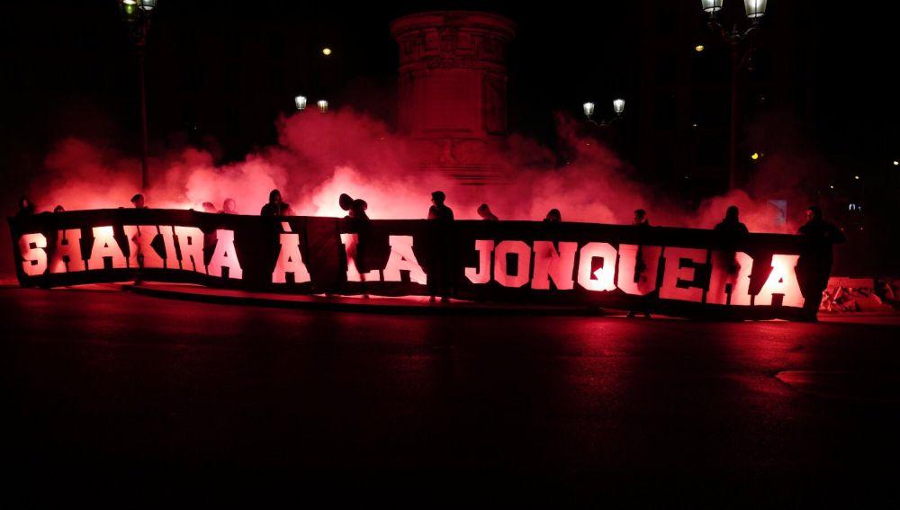 PSG - Barcelona: La despreciable pancarta insultando a Shakira de los ultras del PSG | Champions League