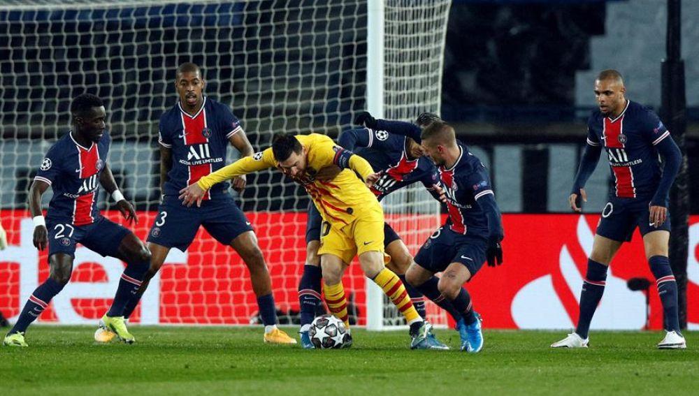 Messi disputa un balón con varios defensores del PSG
