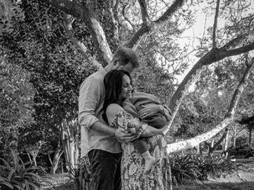 Meghan Markle, embarazada y con Archie en brazos en la foto viral de familia tras la polémica entrevista con Oprah