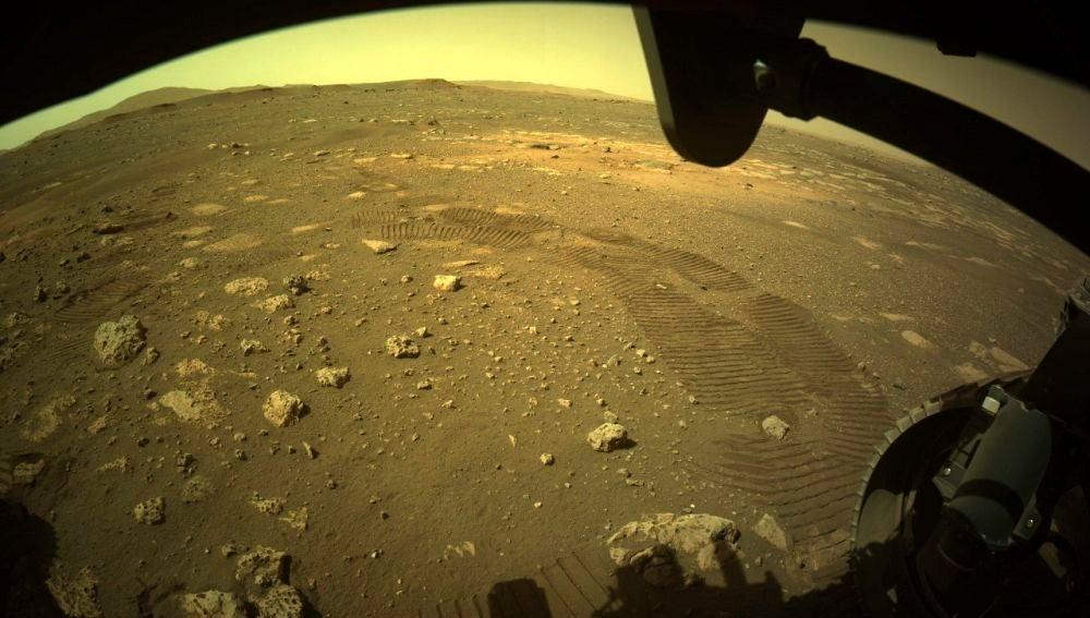 Imagen de los primeros metros recorridos por el Perseverance en Marte