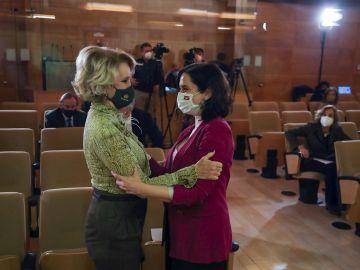 La presidenta de la Comunidad de Madrid, Isabel Díaz Ayuso (d), saluda a la expresidenta regional Esperanza Aguirre (i)
