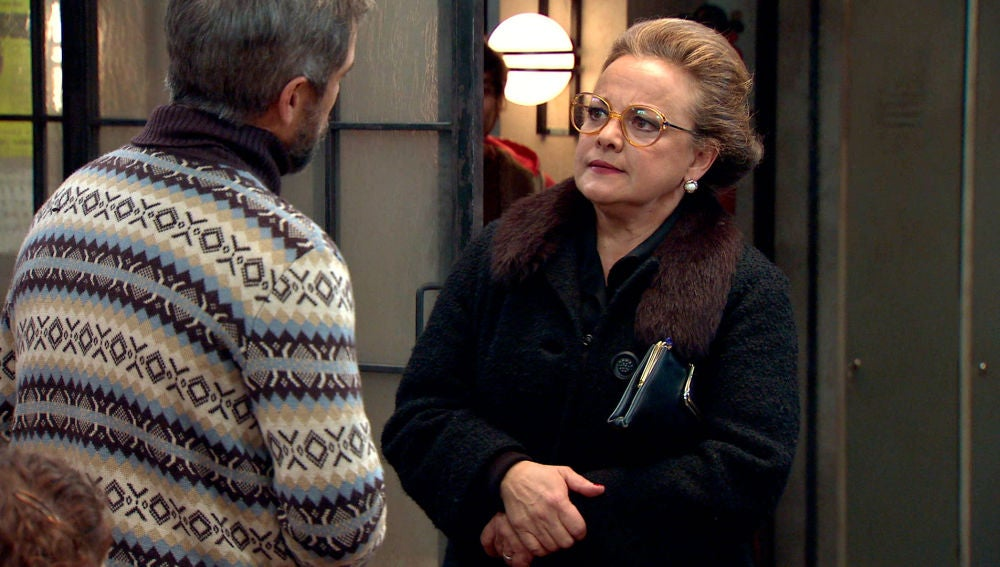 Doña Visi se enfrenta al Padre Etura por su indecente obra teatral