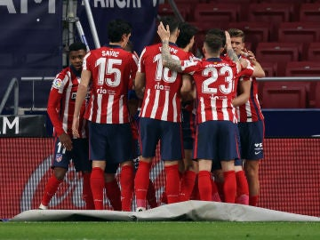Los jugadores del Atlético celebran el gol de Luis Suárez