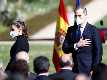 El rey Felipe VI y la reina Letizia a su llegada a los jardines del Palacio Real de Madrid