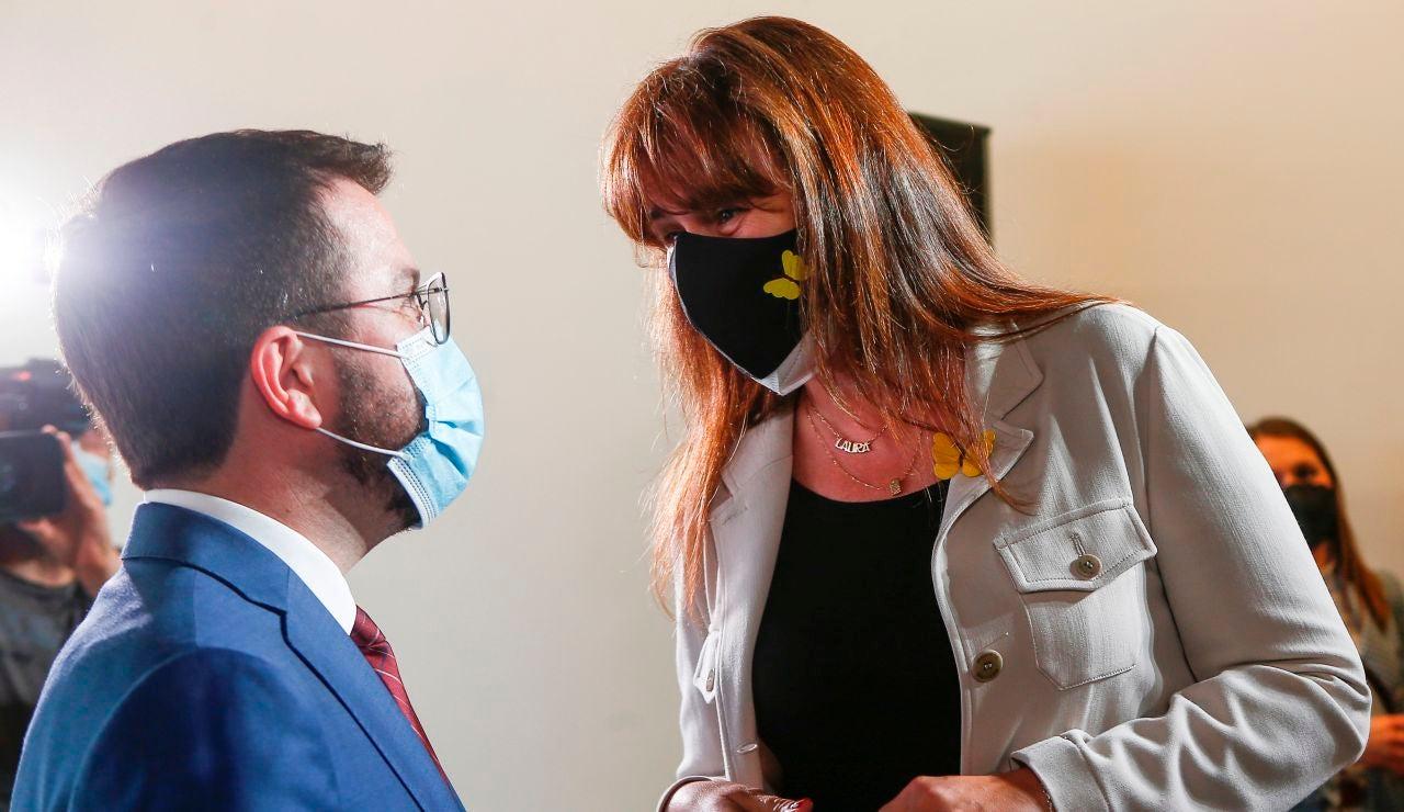 Pere Aragonès y Laura Borràs se saludan