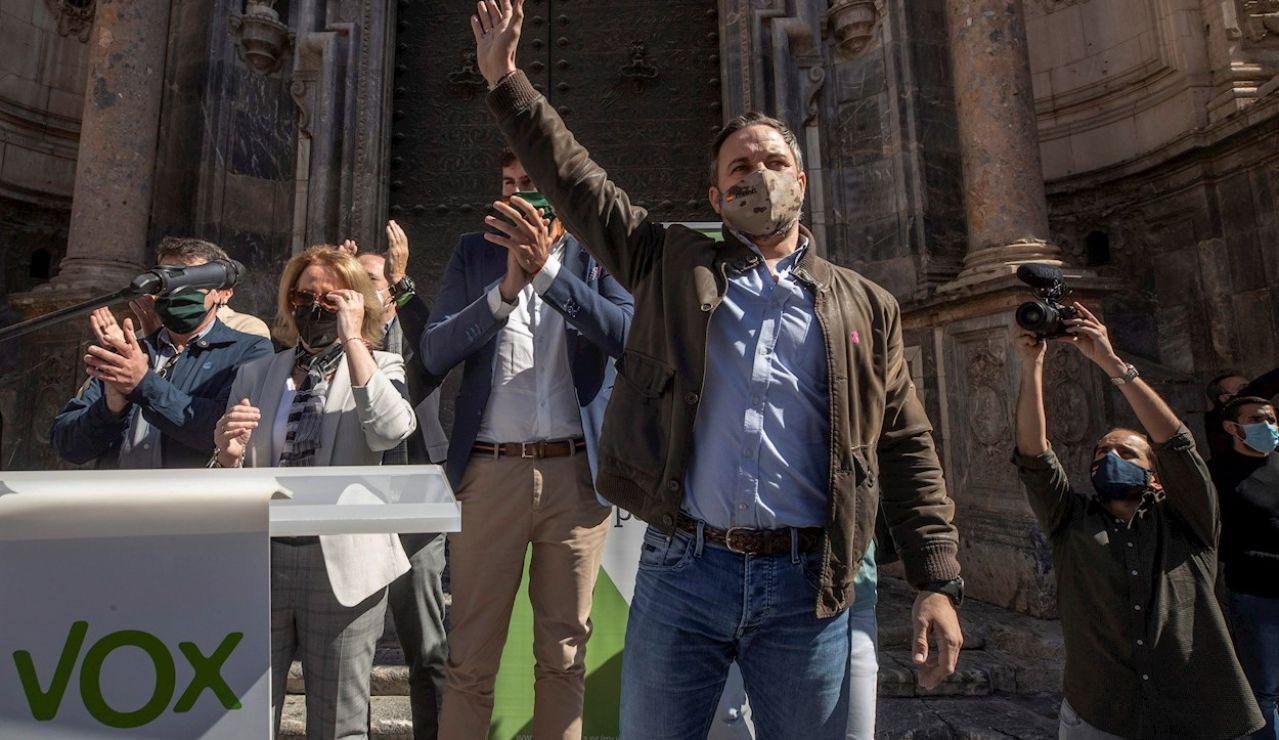 El líder de Vox, Santiago Abascal (c), comparece ante la prensa este jueves en Murcia