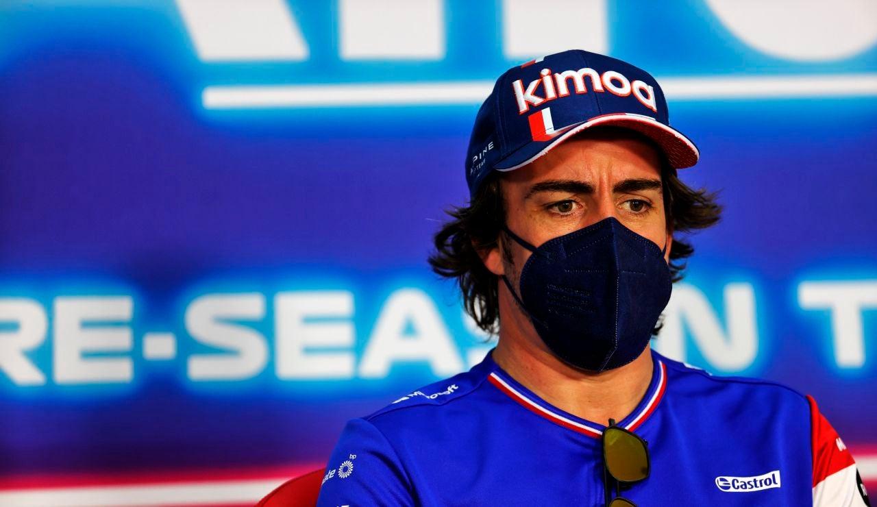 Fernando Alonso atiende a los medios en la rueda de prensa de la FIA