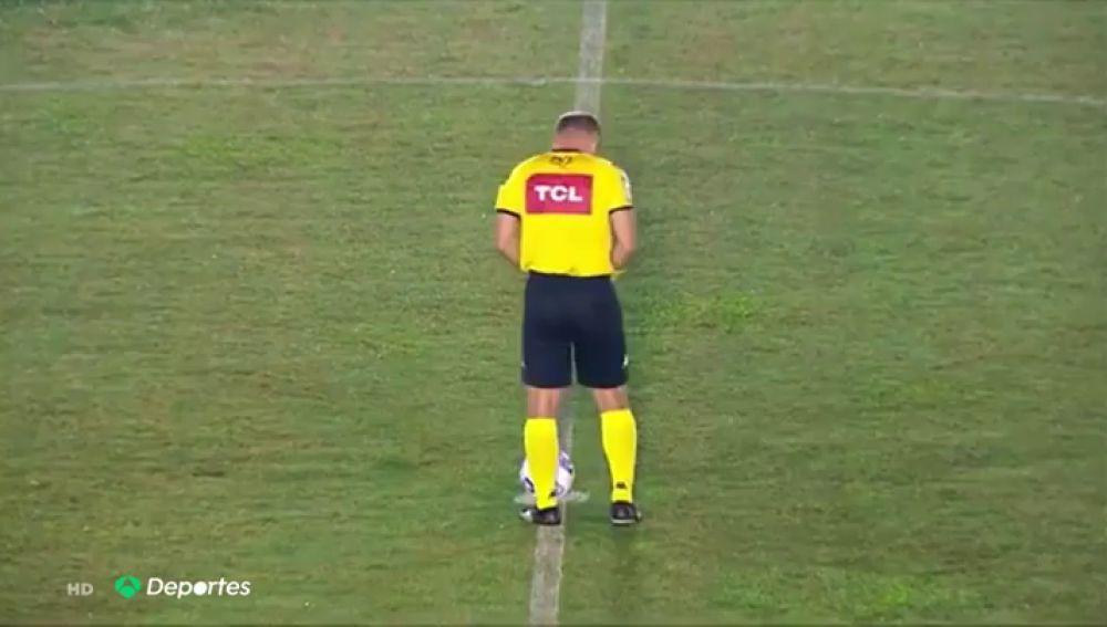 Pillan a un árbitro orinando en medio del campo antes de un partido de la copa brasileña