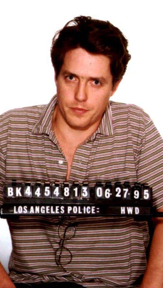 Hugh Grant tras ser detenido en 1995