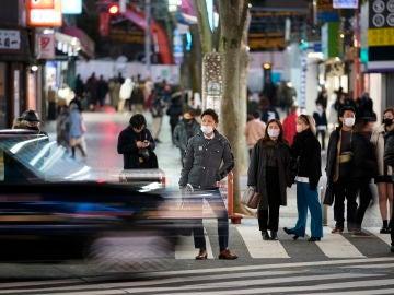 Personas en las calles de Japón con mascarilla por el coronavirus