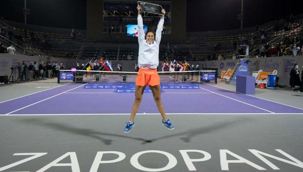 Sara Sorribes celebra el primer título WTA de su carrera