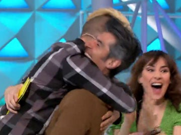 Un concursante abraza a Jorge Fernández en 'La ruleta de la suerte'