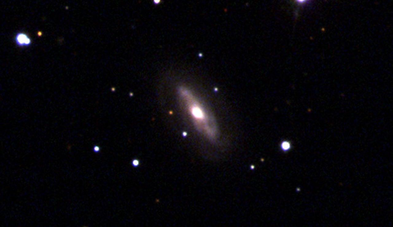 agujero negro supermasivo en movimiento en una galaxia