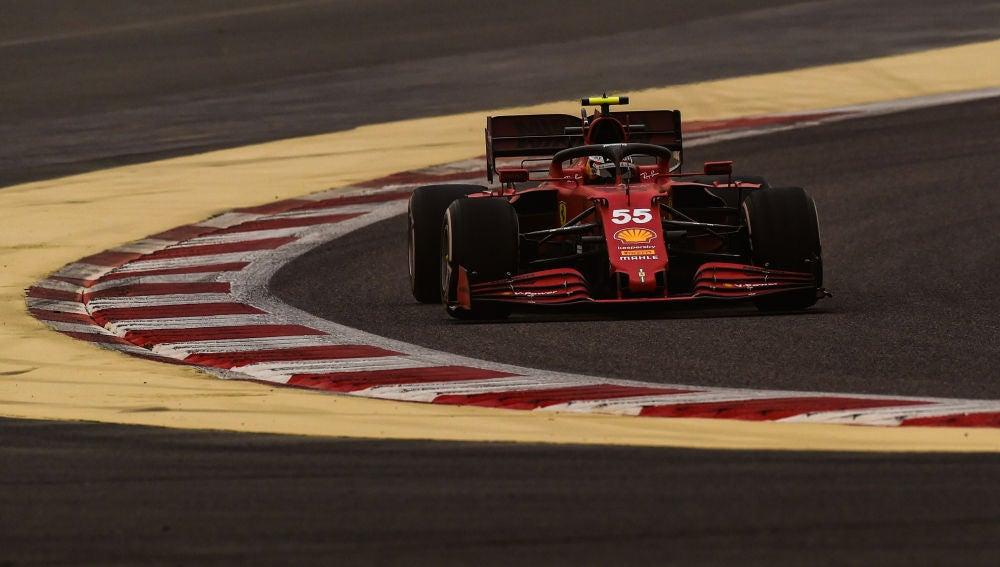 Carlos Sáinz saldrá octavo en su estreno con Ferrari y Alonso noveno en su vuelta a la Fórmula 1 en el Gran Premio de Bahréin