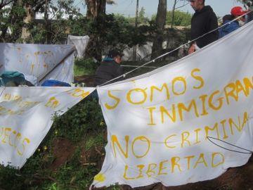 Pancartas de inmigrantes en el campamento Las Raíces de Tenerife