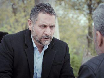 Munir enseña a Azmi su única salida tras haber traicionado a Nezir