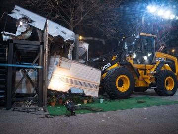 Prensado extremo: Marron aplasta una caravana con la fuerza de una excavadora