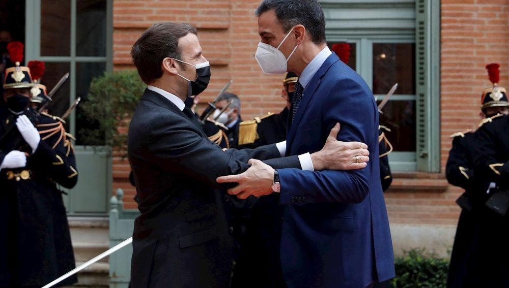 El presidente francés, Emmanuel Macron (i), recibe al presidente español, Pedro Sánchez (d), en la Prefectura de Tarn-et-Garonne, en la localidad francesa de Montauban