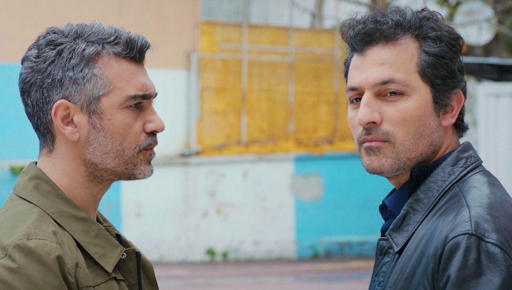 Arif y Sarp se enfrentan al ir a buscar a Nisan y a Doruk al colegio