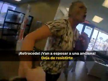 Mujer se resiste a ser detenida por no usar mascarilla