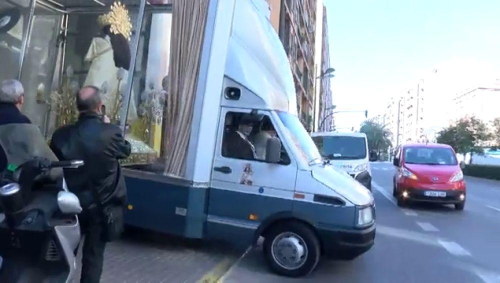 La Virgen de los Desamparados, en procesión por las calles de Valencia en su 'maremóvil'
