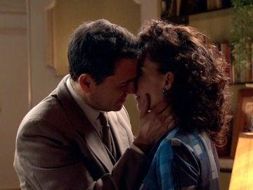 """Abel se lanza a besar a Estefanía: """"No somos compañeros"""""""